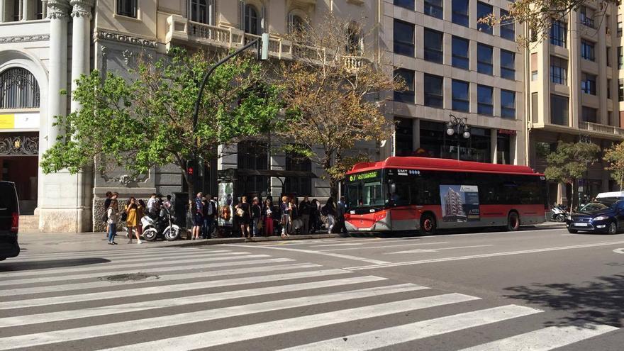 Un autobús de la EMT en una parada