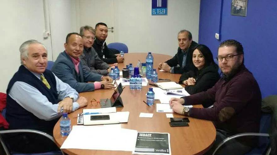 Chen Wu Keping (segundo por la izquierda) y Rebeca Torró (segunda por la derecha), en una reunión en El Teler