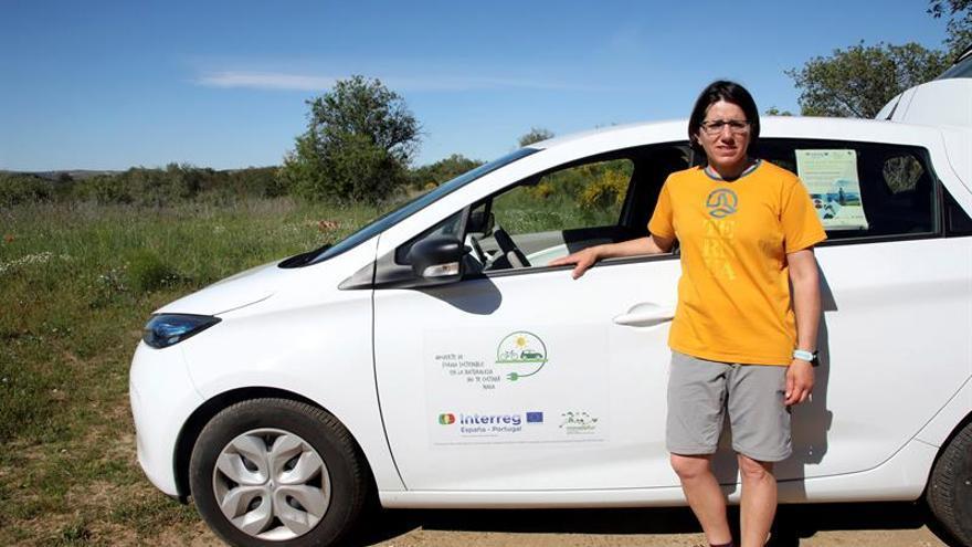 La turista Margarita Revilla, usuaria de uno de los vehículos eléctricos del Parque Natural Arribes, en Fermoselle (Zamora).