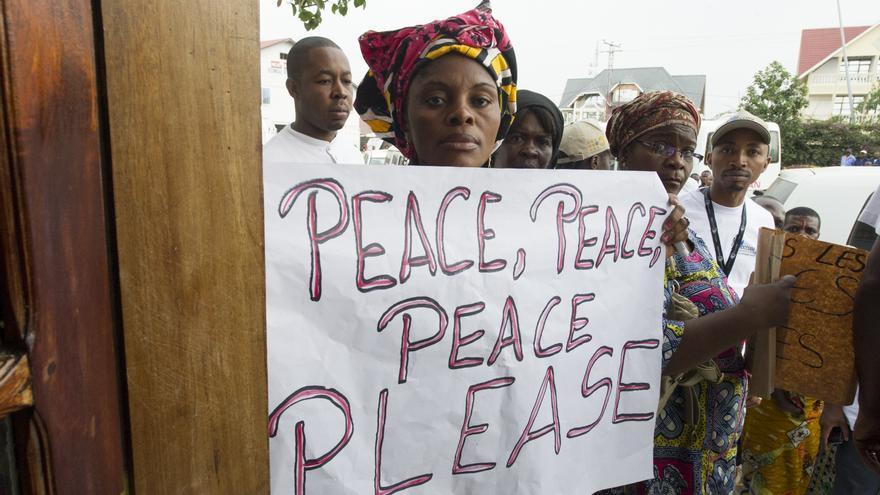 Mujeres con mensajes de paz el pasado mayo, durante la visita a Goma de Ban Ki-Moon. UN Photo/Estinder Debebe