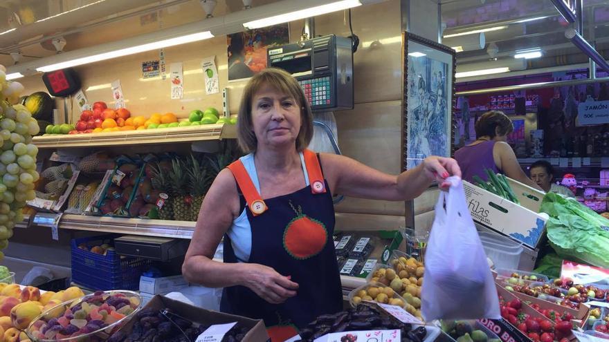 Virginia en su puesto del Mercado Central