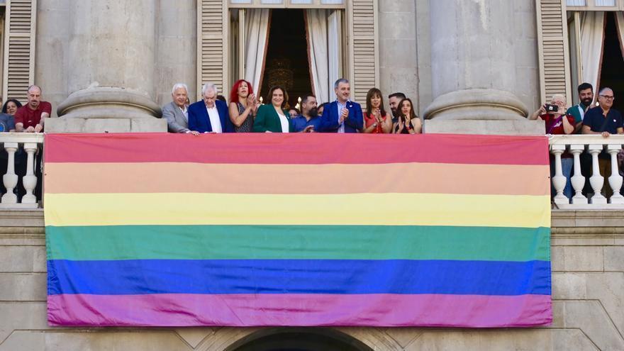 Momento en que los concejales han desplegado la bandera