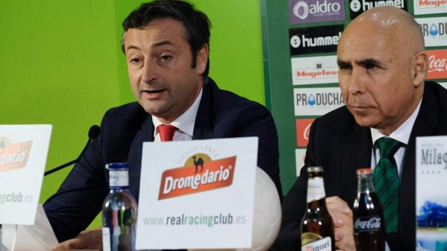 El empresario Alfredo Pérez y el expresidente del Racing Manuel Higuera durante una rueda de prensa en El Sardinero. | RACING