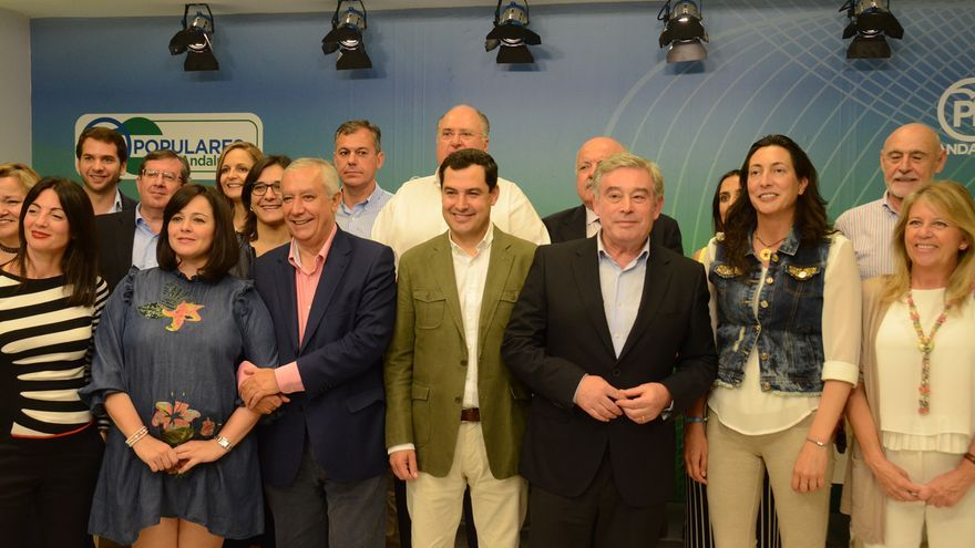 Senadores del PP por Andalucía con Juan Manuel Moreno.
