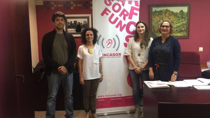 La gerente de Servicios Sanitarios de La Palma, Mercedes Coello (d), con representantes de Funcasor.