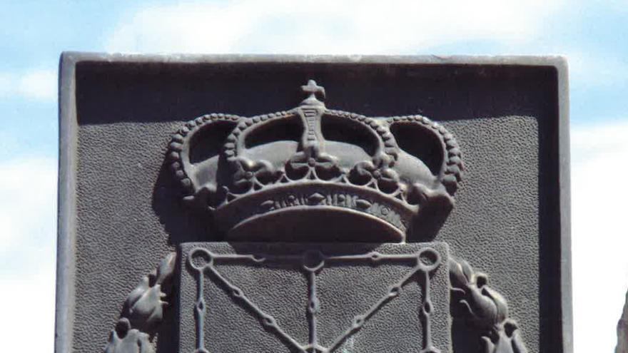 Escudo de Navarra con simbología franquista en el puente de Santiago de Zaragoza