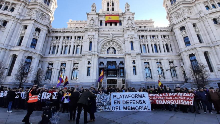 Un centenar de personas exige frente a Cibeles devolver al memorial de La Almudena las placas con nombres de fusilados