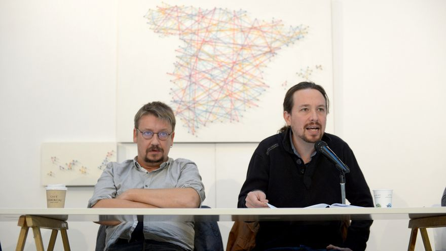 Pablo Iglesias, junto a Xavier Domènech, se dirige a los asistentes a la reunión de 'Rumbo 2020' de Podemos.