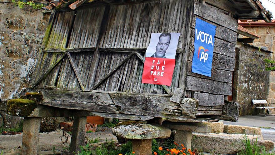 Carteles electorales en la comarca ourensana de A Limia, criticados por la Asociación Patrimonio Galego por estar colocados en un hórreo, Bien de Interés Cultural