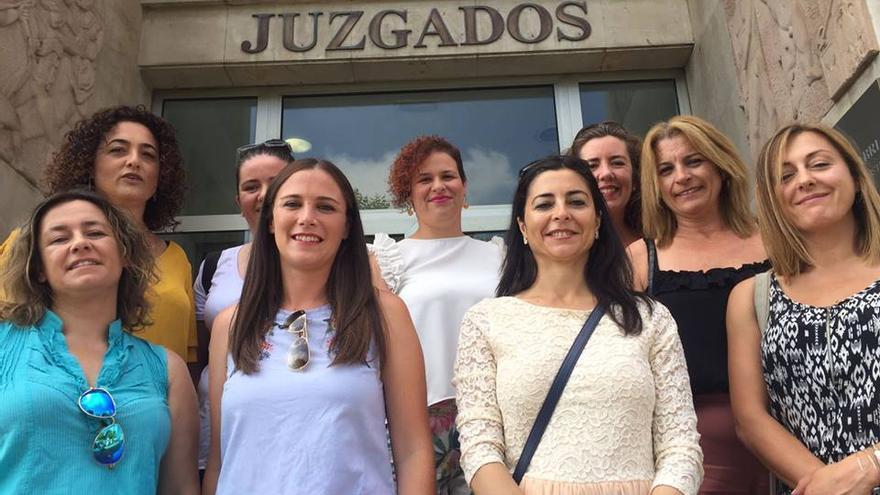 Las 9 trabajadoras de AON Mobile en la puerta del Juzgado. | CCOO de Cantabria