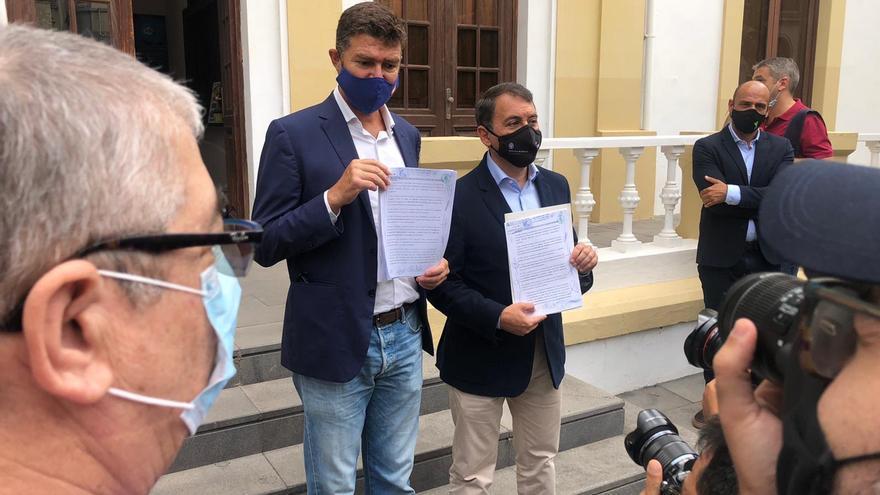 Guillermo Díaz Guerra (PP) y José Manuel Bermúdez (CC), presentando la moción de censura contra la alcaldesa de Santa Cruz de Tenerife, Patricia Hernández (PSOE)