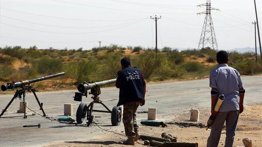 Mueren cinco personas en un tiroteo en una base militar cercana a Trípoli