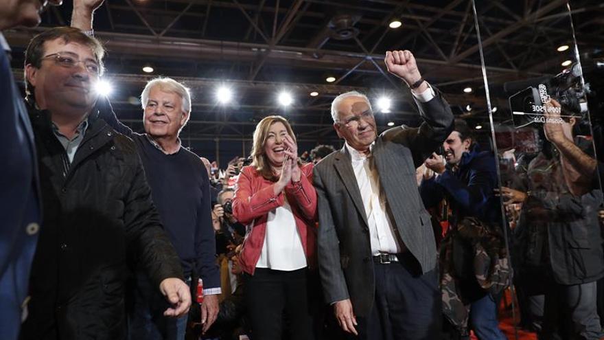 Susana Díaz junto a Felipe González y Alfonso Guerra antes de comenzar el acto de presentación de la candidatura