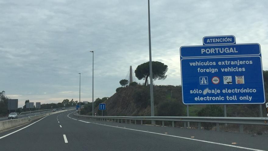 Acceso a Portugal desde Ayamonte (Huelva), donde un cartel ya avisa del primer pago del peaje.