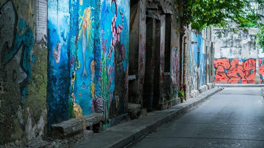 Calle con grafitis en Cartagena de Indias.
