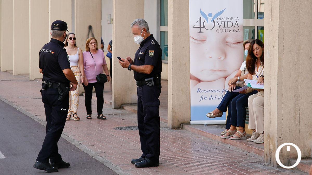Agentes de Policía Nacional ante la concentración antiabortista