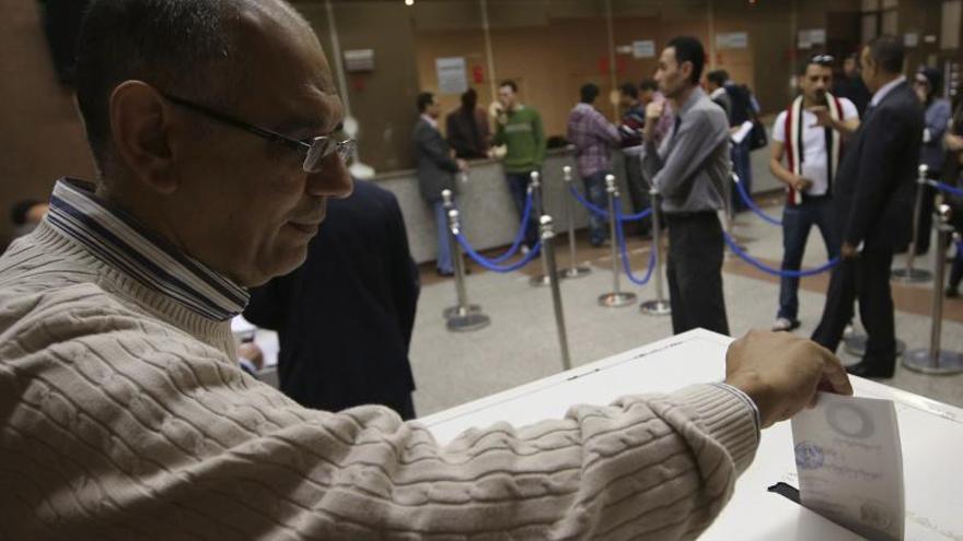 Abren los colegios electorales para votar la nueva Constitución egipcia