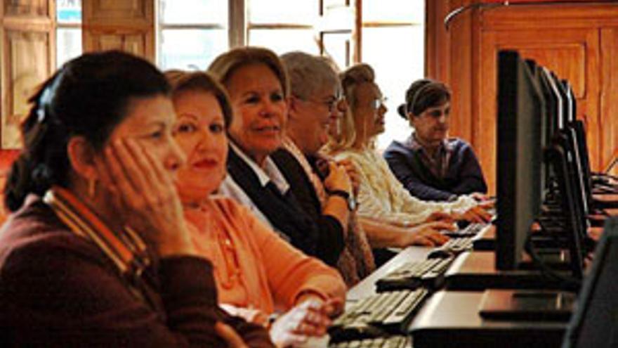 Asistentes al curso de alfabetización digital. (CANARIASINVESTIGA.ORG)