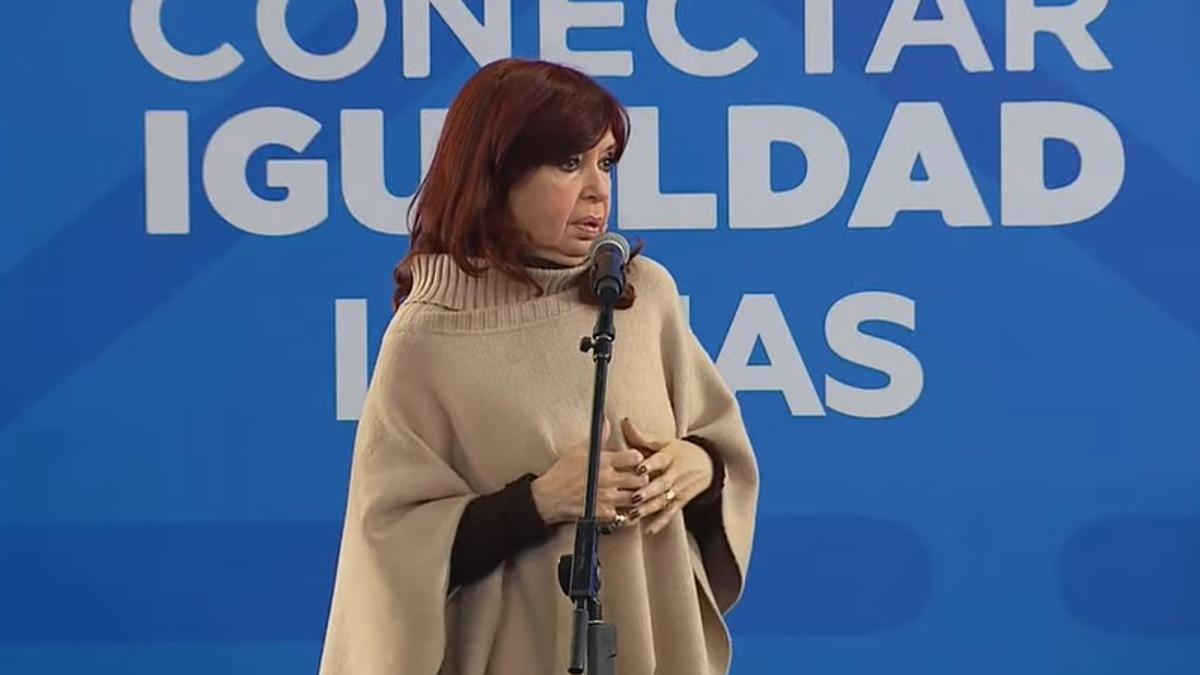 Crisitna Fernández participó de un acto de entrega de computadoras en Lomas de Zamora.
