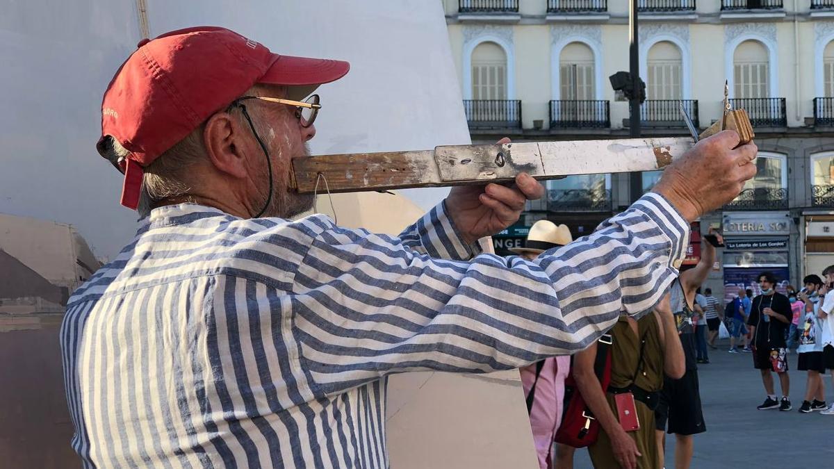 El pintor Antonio López buscando las proporciones adecuadas para retratar la Puerta del Sol