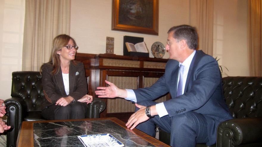 Manuel Blasco, en una imagen de archivo, con la directora general de Participación Ciudadana del Gobierno de Aragón