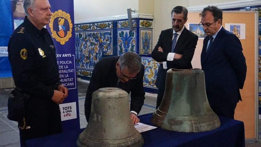 El comisario Álvaro Rodríguez, a la izquierda, junto al secretario autonómico José María Ángel (segundo por la derecha) en una rueda de prensa sobre una campana del siglo XVI desaparecida en 2005 y recuperada por el Grupo de Patrimonio de la Policía autonómica.