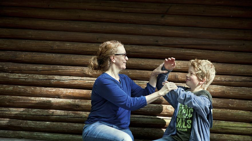 Olga Zimmer, beneficiaria de una renta básica en Alemania, junto a su hijo. Foto: Me Chuthai