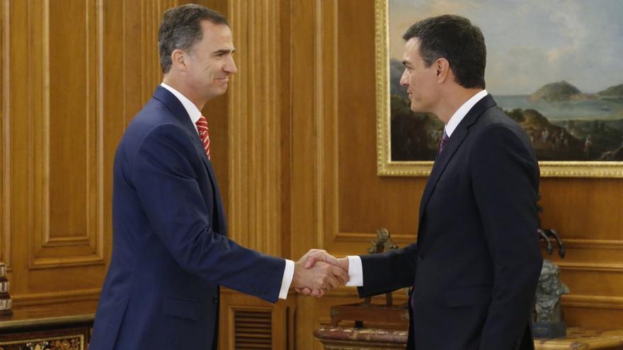 Pedro Sánchez saluda al rey a su llegada al Palacio de la Zarzuela