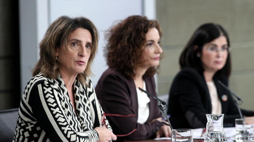La vicepresidenta de Transición Ecológica, Teresa Ribera, junto a las titulares de Hacienda y Política Territorial, María Jesús Montero y Carolina Darias