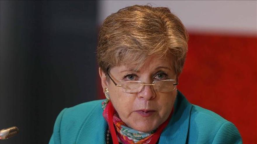 España condecora a la secretaria ejecutiva de la CEPAL