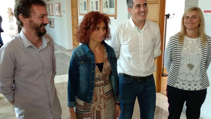 Rosana Alonso y Pablo Zuloaga tras la reunión en el Parlamento de Cantabria. | R.A.