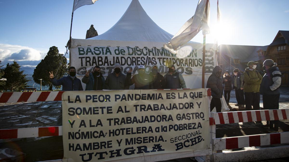 La carpa de los huelguistas, en el Centro Cívico de Bariloche. Un reclamo de todos los sectores al gobierno nacional.