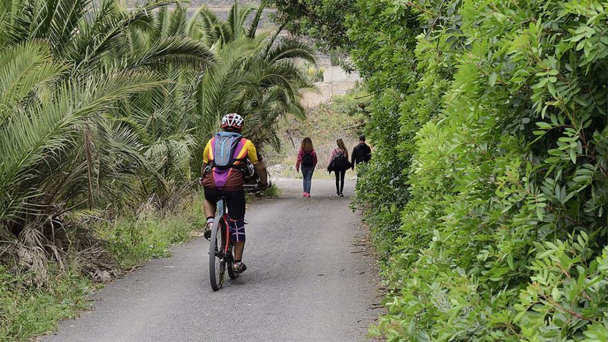 Ciclista y senderistas en la ruta del Barranco del Guiniguada. LPA VISIT