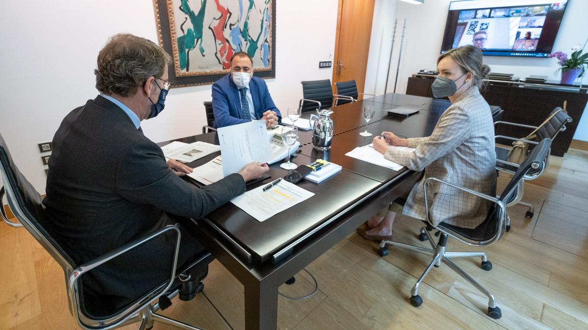 El presidente de la Xunta, Alberto Núñez Feijóo (izquierda) y los conselleiros de Sanidade, Julio García Comesaña, y Política Social, Fabiola García, en la reunión del comité clínico.