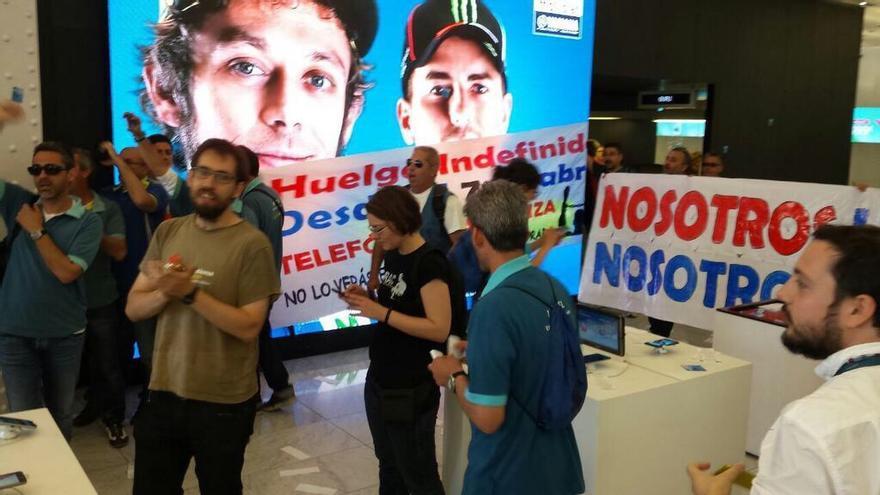 Tancada de treballadors en vaga de contractes de MOvistar a la Seu del Mobile World Center