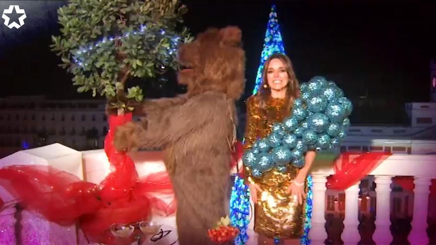 David Valldeperas, como un oso, con Carmen Alcayde en las Campanadas de Telemadrid
