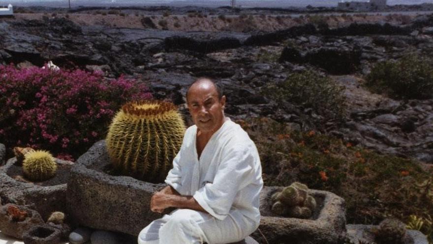 El artista César Manrique en su casa de Lanzarote.