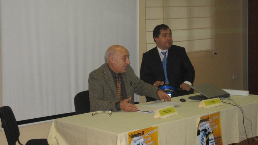 Crespo (derecha), con el presidente de CAYPE, entidad que la Policía también liga a la trama