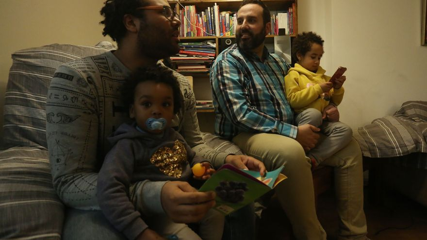 Parejas homosexuales cuentan los días para oficializar sus familias en Chile