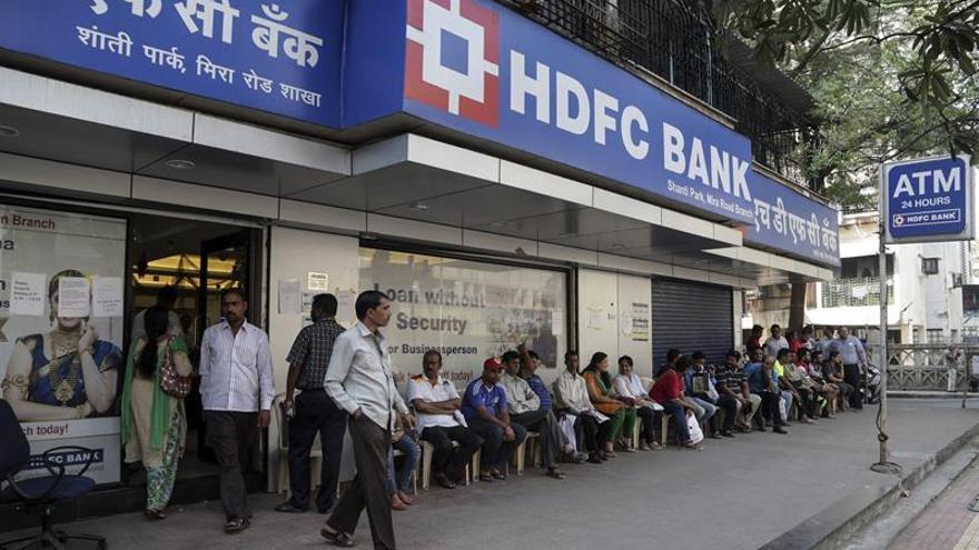Apoyos, brazaletes negros y colas tras un mes sin billetes grandes en India