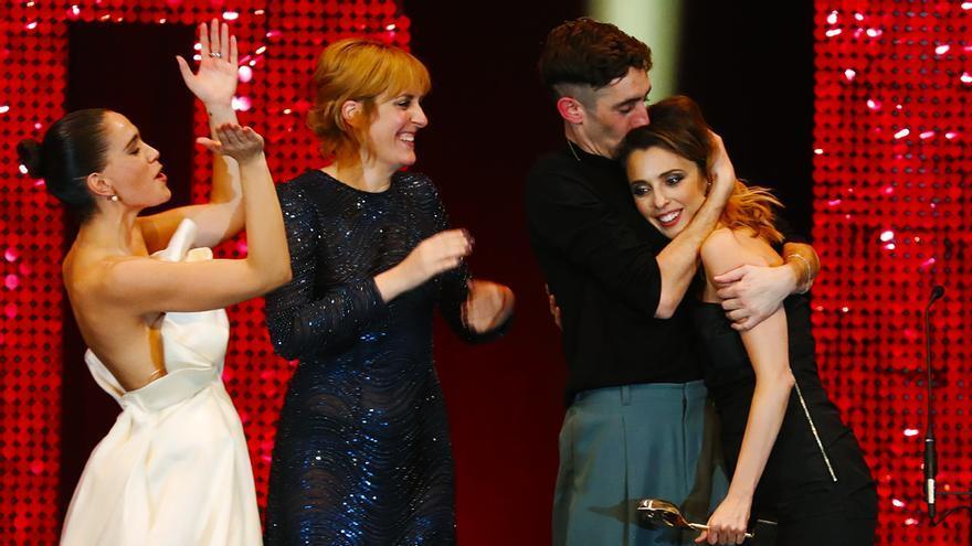 El equipo de 'Vida perfecta' celebra el premio Feroz