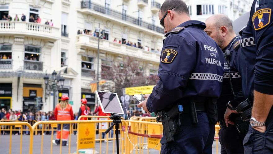 La policía de València maneja un dron para vigilar la mascletà en la plaza del Ayuntamiento