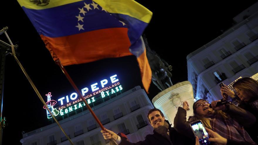 El líder del PP Pablo Casado, la candidata popular a la presidencia de Madrid Isabel Díaz-Ayuso, en la madrileña Puerta del Sol tras conocer que el presidente del Parlamento venezolano Juan Guaidó se ha autoproclamado jefe de Estado de Venezuela, el 23 de enero pasado.