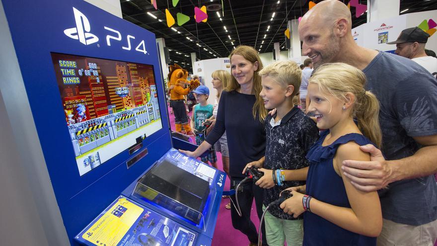 Una familia juega a 'Sonic the Hedgehog' durante la Gamescom 2018