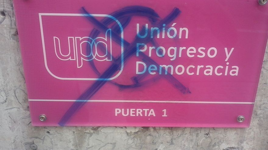 La sede de UPyD en Valencia aparece con pintadas de la esvástica nazi