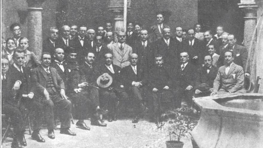 Autoridades y claustro de profesores en Antequera (Málaga) en 1928 durante la inauguración del instituto local