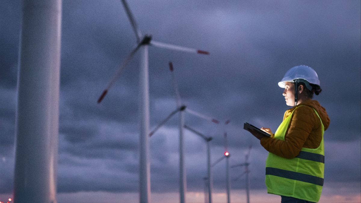 Un trabajador de una planta de energía eólica.