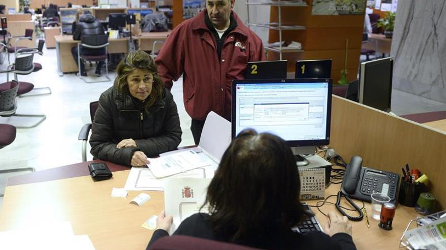 España, entre los países donde más cayó el paro en febrero en la OCDE