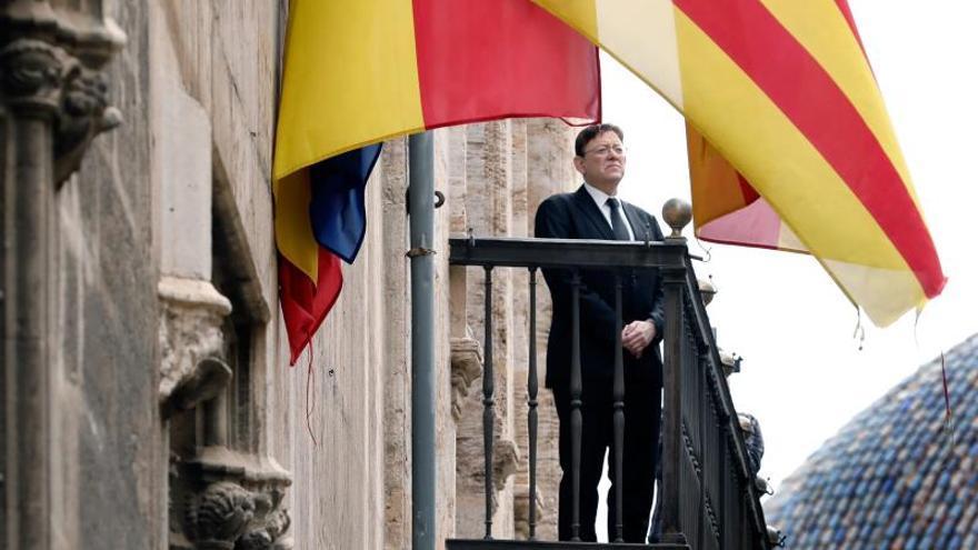 El presidente de la Generalitat Valenciana, Ximo Puig, guarda tres minutos de silencio en el balcón del Palau, este domingo a las 12, tras declarar luto oficial en toda la Comunitat Valencianapor las víctimas de la pandemia.