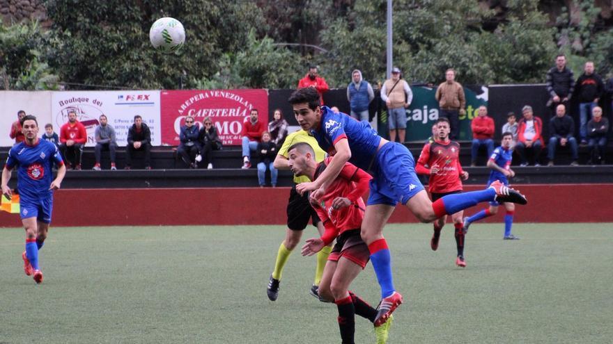 Un momento del intenso partido en el Silvestre Carrillo. Foto: JOSÉ AYUT.